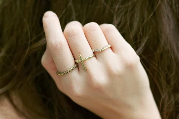 đeo nhiều nhẫn trên bàn tay