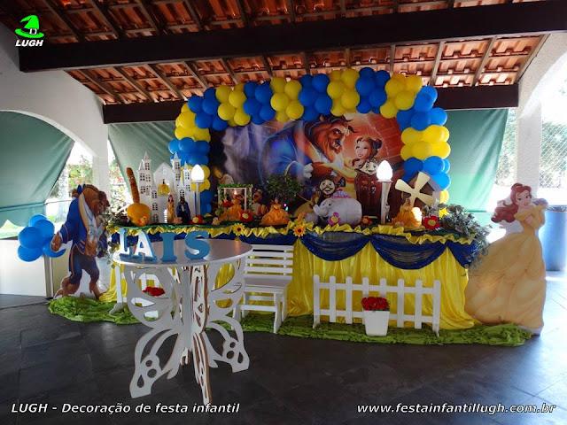 Decoração tema A Bela e a Fera em mesa decorativa de tecido para festa infantil
