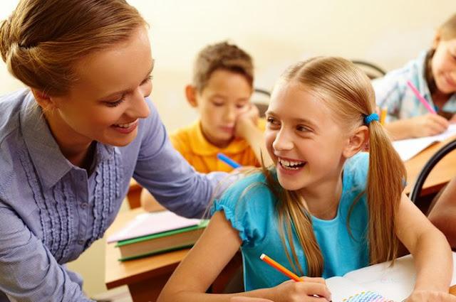 Ειδική παιδαγωγός αναλαμβάνει την παράλληλη στήριξη παιδιών με Ειδικές Εκπαιδευτικές Ανάγκες