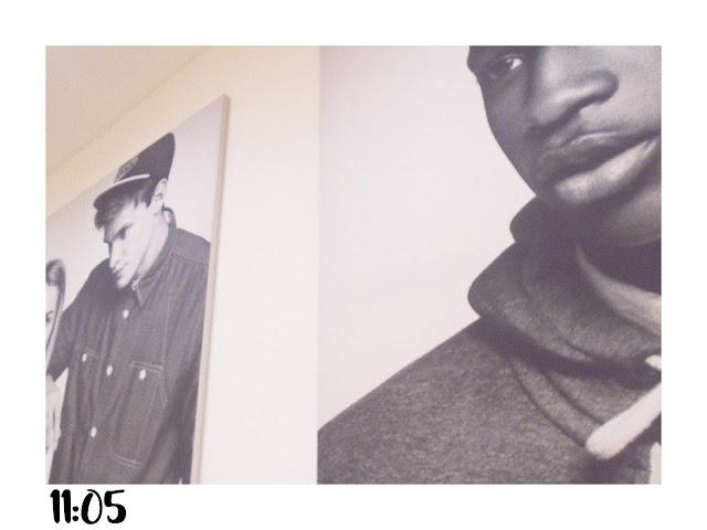 dwa duże zdjęcia w sklepie na białej ścianie.