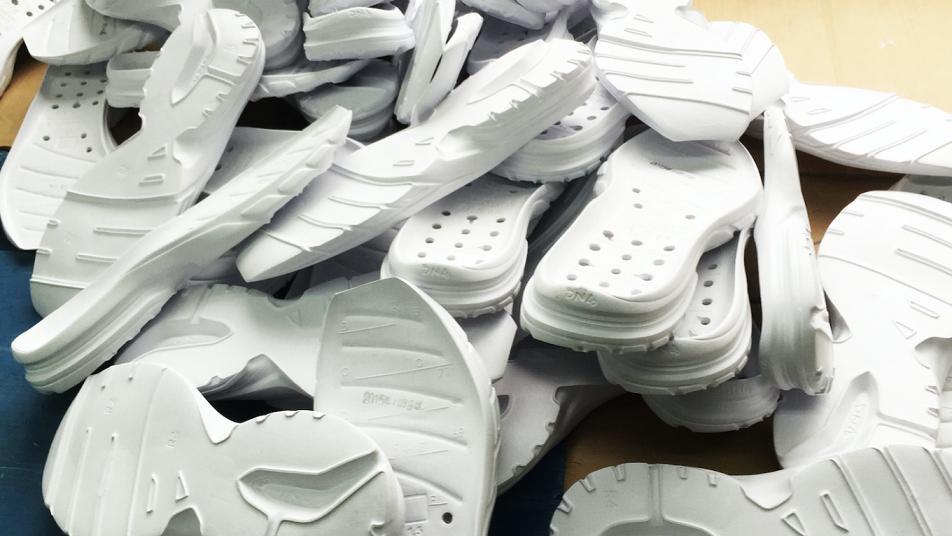 956296eaaa12 Στα αθλητικά παπούτσια η συνήθης αναλογία αιθυλενίου-βινυλίου είναι 60-40  και με την κατάλληλη εναλλαγή των προαναφερθέντων ποσοστών επιτυγχάνεται το  ...