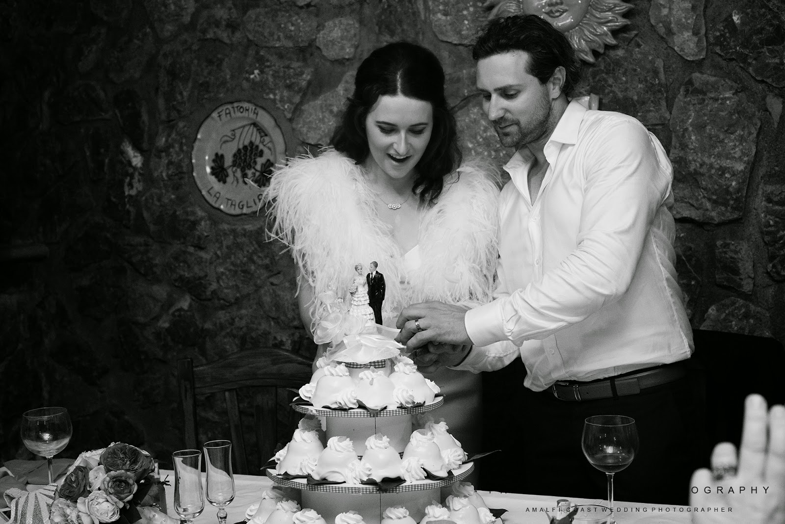 Bride and groom cutting the wedding cake in Positano