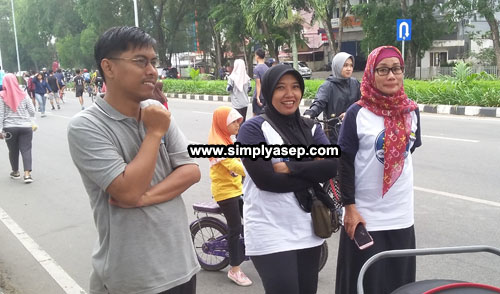 Head Of The Aliance Of Independence Journalist, Dian Lestari (middle) also attended during Public campaign against hoax carried out by Hoax Crisis Center (HCC) Kalbar at Car Free Day zone on Sunday (22/7).  Photo  Asep Haryono