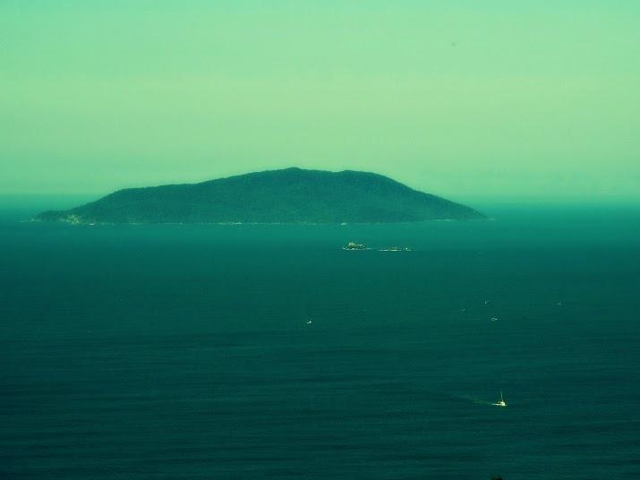 Ilha do Arvoredo vista do Morro do Macaco, em Bombinhas