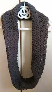 モールヤーンで編んだ模様編みのスヌード