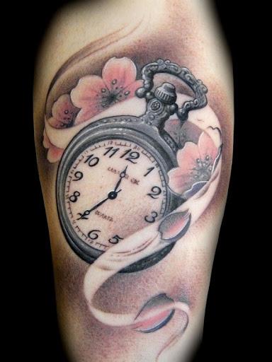 Tatuagem de flor de cerejeira com um relógio de bolso. As bonitas flores de cerejeira são vistos para ser envolvente, uma de prata relógio de bolso, enfatizando o significado de tempo curto e como é viver a vida. (Foto: Fontes de imagem)