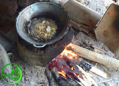 FOTO 3 : Menggoreng jeroan ikan mas dengan tungku kayu bakar