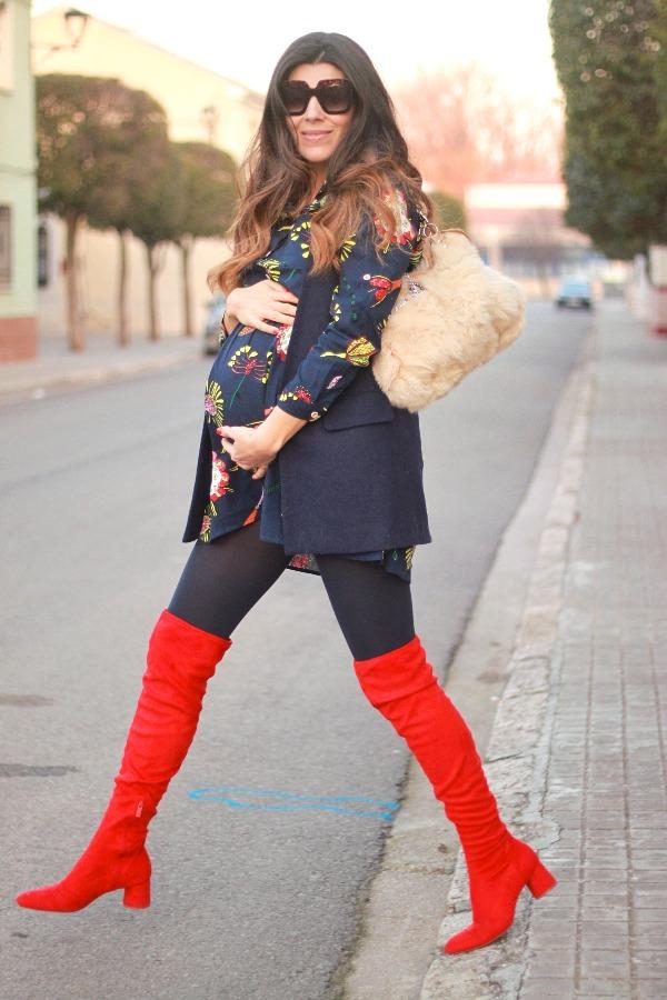 moda embarazada, style pregnancy, look premama, botas altas rojas
