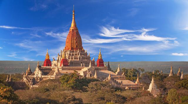 """Ananda là một cấu trúc cân xứng đến hoàn hảo theo kiểu chữ thập Hy Lạp (Greek cross), được xem là ngôi đền tuyệt mĩ nhất ở Bagan. Điểm nhấn ấn tượng nhất chính là """"Sikhara"""" (nghĩa đen theo tiếng Phạn là đỉnh núi) được mạ vàng đặt ở trung tâm của ngôi đền."""