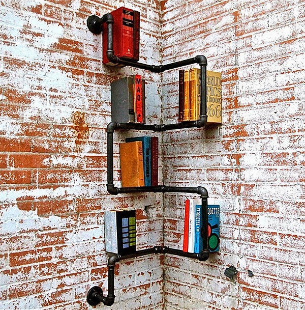 Các đường ống kim loại đã qua sử dụng gắn kết tạo ra một kệ sách có một không hai.