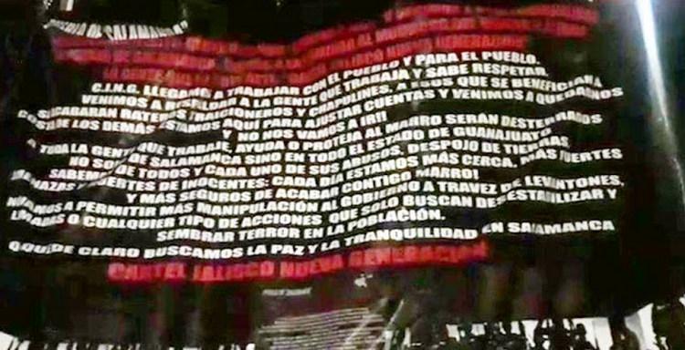 CJNG cuelga narcomantas amanazando a chapulines y extorsionadores en Salamanca, Guanajuato.