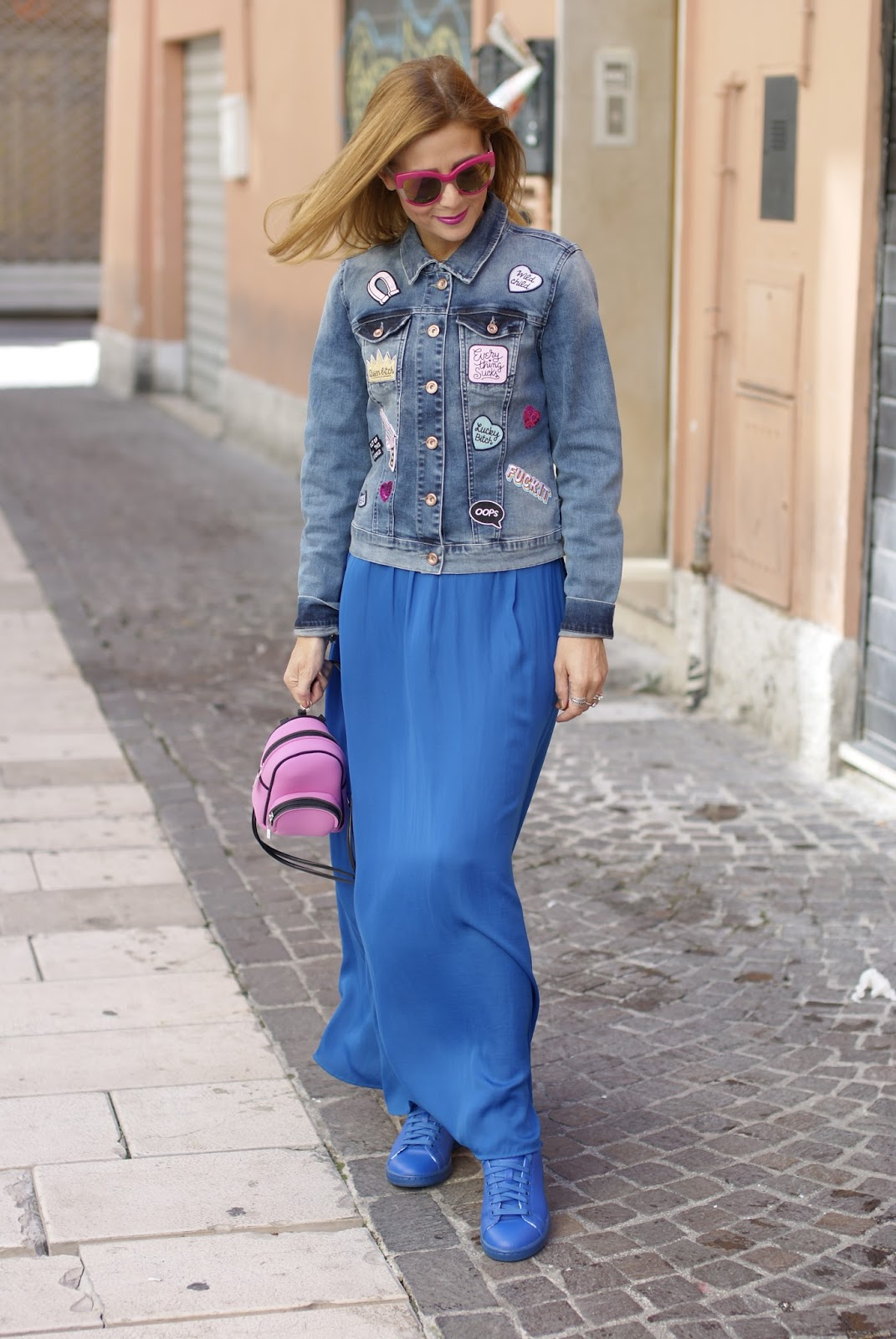 Mini zaino BABY Save My Bag e giacca jeans con toppe personalizzate su Fashion and Cookies fashion blog, fashion blogger style