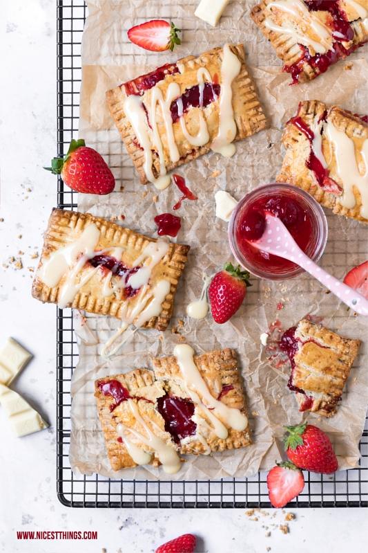 Erdbeer Pop Tarts mit Erdbeerkonfitüre und weisser Schokolade auf Gitter