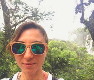 Silvia on the road: sullo sfondo, le cascate Iguazu