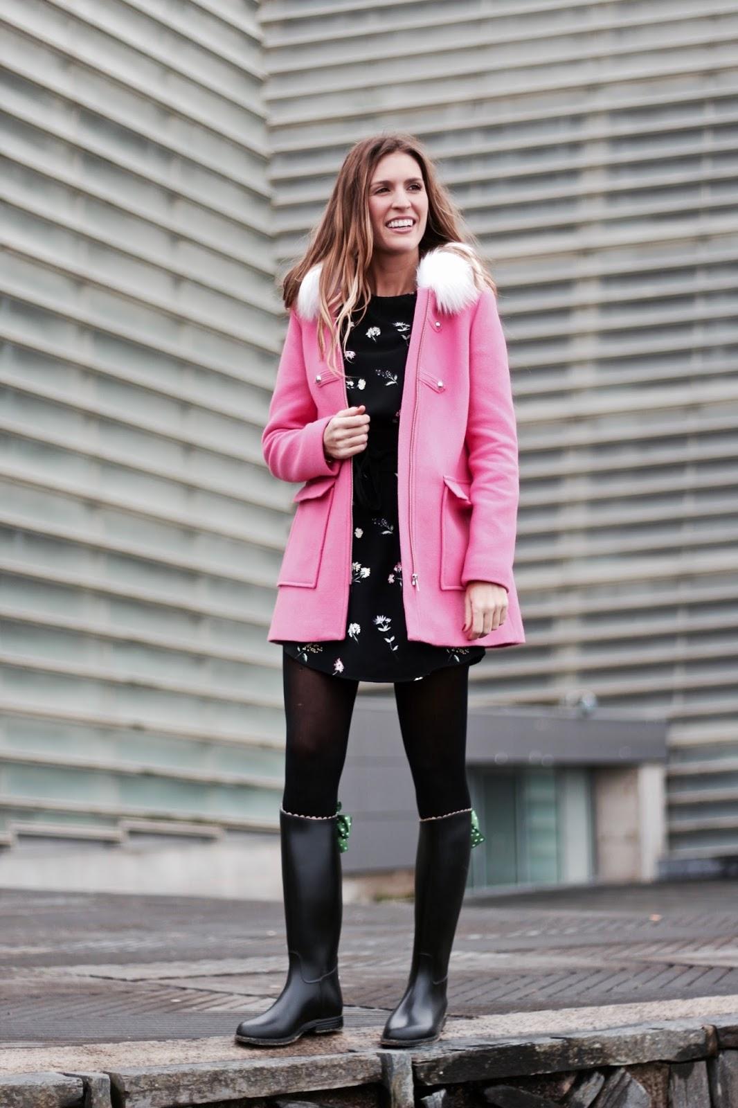 como combinar un abrigo rosa