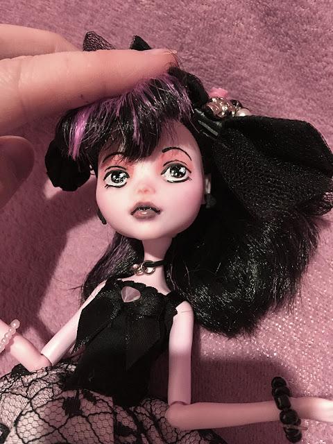 boneca draculaura com rosto customizado