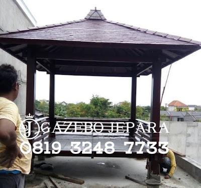Gazebo desain minimalis yang ini terbuat dari bahan kayu jati dengan ukuran 2,5x2,5 meter, Sedangkan ukuran lunas kurang lebih 3,5x3,5 meter dengan catatan turunan atap depan/ belakang/ kiri/ kanan @50 cm, Model sangat elegan dengan model atap minimalis sirap kotak/ desimal sangat coco untuk rumah minimalis.