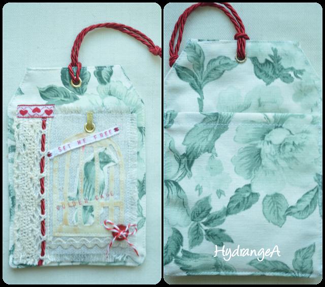 Bolsita realizada en tela para guardar ambientador de armario, aplicación de una jaula sobre un pájaro y diferentes cintas y encajes.