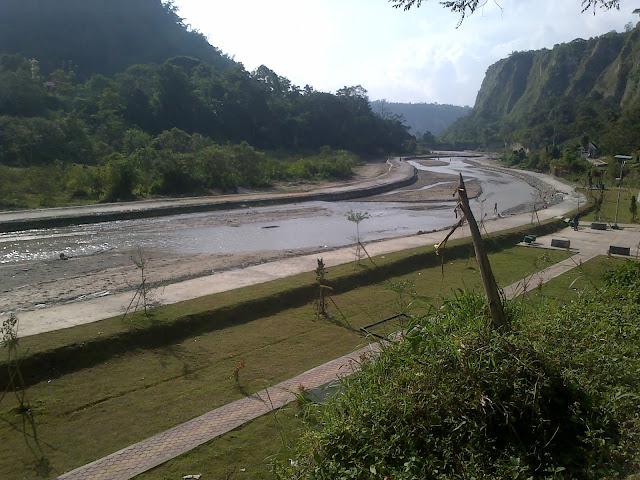 yaitu sebuah lembah yang curam yang terletak pada perbatasan Kota Bukittinggi Ngarai Sianok Sumatera Barat