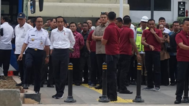 Jajal Pelican Crossing, Jokowi Acungkan Jempol untuk Anies