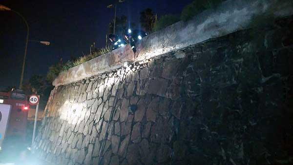 Caída revestimiento de muro en   Paseo Blas Cabrera  Felipe