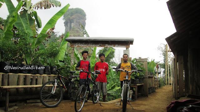 Plang petunjuk arah dan gerbang menuju puncak Gunung Widosari, Samigaluh