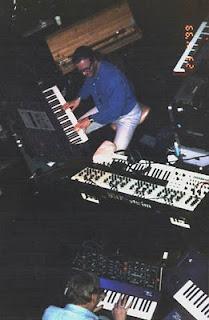 Klaus Schulze y Pete Namlook con el controlador de tonos subarmónicos en la parte superior de la imagen en directo en Hamburgo en 1999