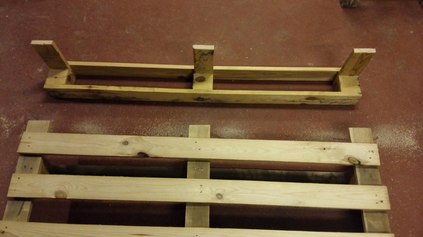 Diy anleitung shabby bar aus einweg palette die minibar f r die wand - Weinregal europalette anleitung ...