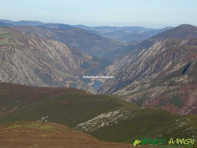 Dolmen de Merillés: Embalse de Calabazos desde Alto de Reigada