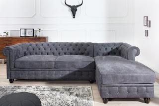 Chesterfield sedačka v šedé barvě.