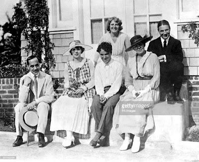 Чарли Чаплин с актрисой Иной Клэр (слева), Сид Чаплин и Минни Чаплин (второй ряд)