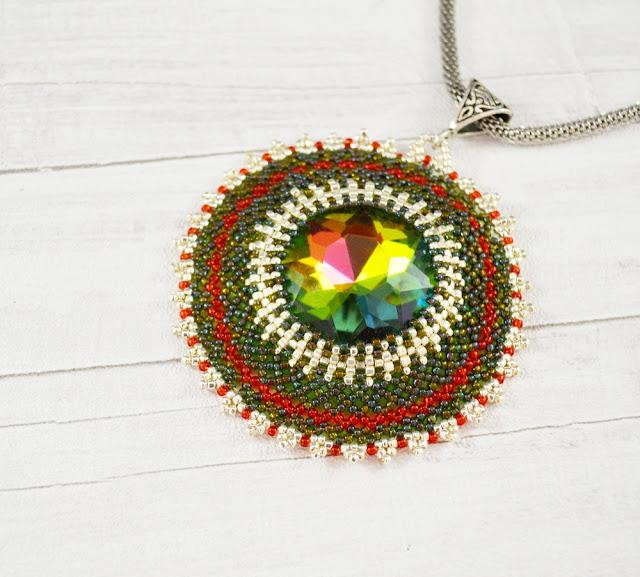 Kolorowy kryształ w siateczkowej otoczce
