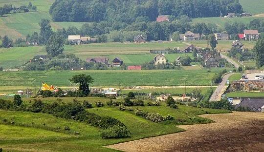 Za wzniesieniem Kuwik (373 m n.p.m.) widać Park Rozrywki Dinolandia w Inwałdzie.