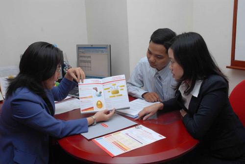 Khi mua BHNT, khách hàng cần lắng nghe nhân viên tư vấn và tìm hiểu kỹ những điều khoản của hợp đồng