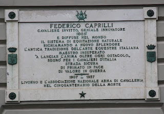 The commemorative plaque outside 115 Viale Italia
