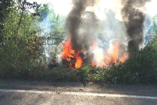Sicarios persiguen a tres policías los ejecutan y queman dentro de vehiculo