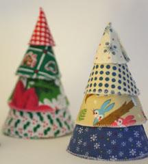 http://handmadecrafts.wordpress.com/2008/12/05/patron-arbolitos-de-navidad/