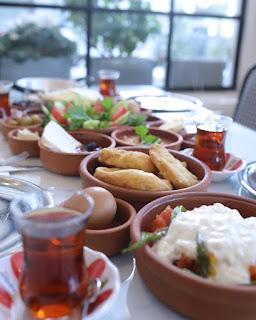 izmir'de ne yenir izmir göztepe yemek mekanları kahvaltı sucuk köfte