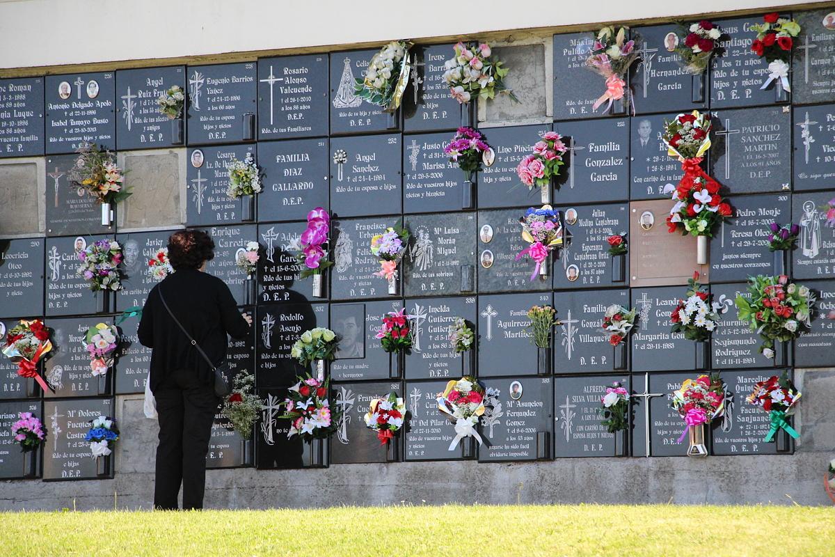 Una mujer en el cementerio el día de Todos los Santos