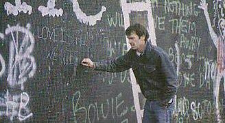 Neil Young an der Berliner Mauer