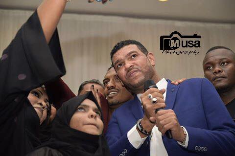 طلال الساته ينشر صوره له مع المعجبات بالسعودية