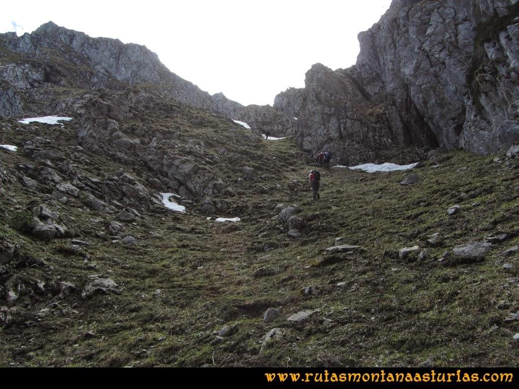 Ruta Peña Redonda: Tramo húmedo y resbaladizo a la cima