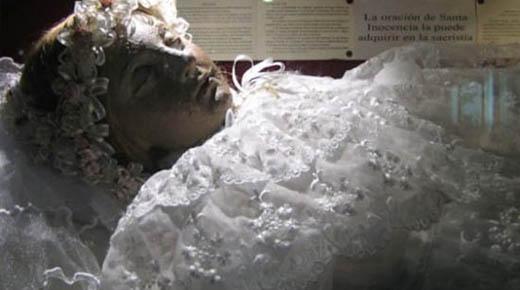 Cadáver preservado de niña que murió hace más de 300 años repentinamente abre los ojos