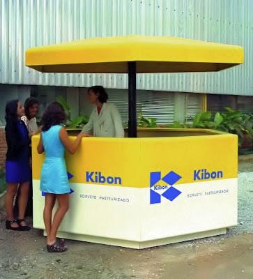 Quiosque em fibra de vidro desenvolvido por Percival Lafer, introduzindo sua empresa no ramo do mobiliário urbano.