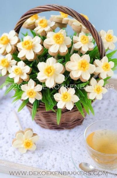 3. Kue kering bentuk buket bunga Daffodil.