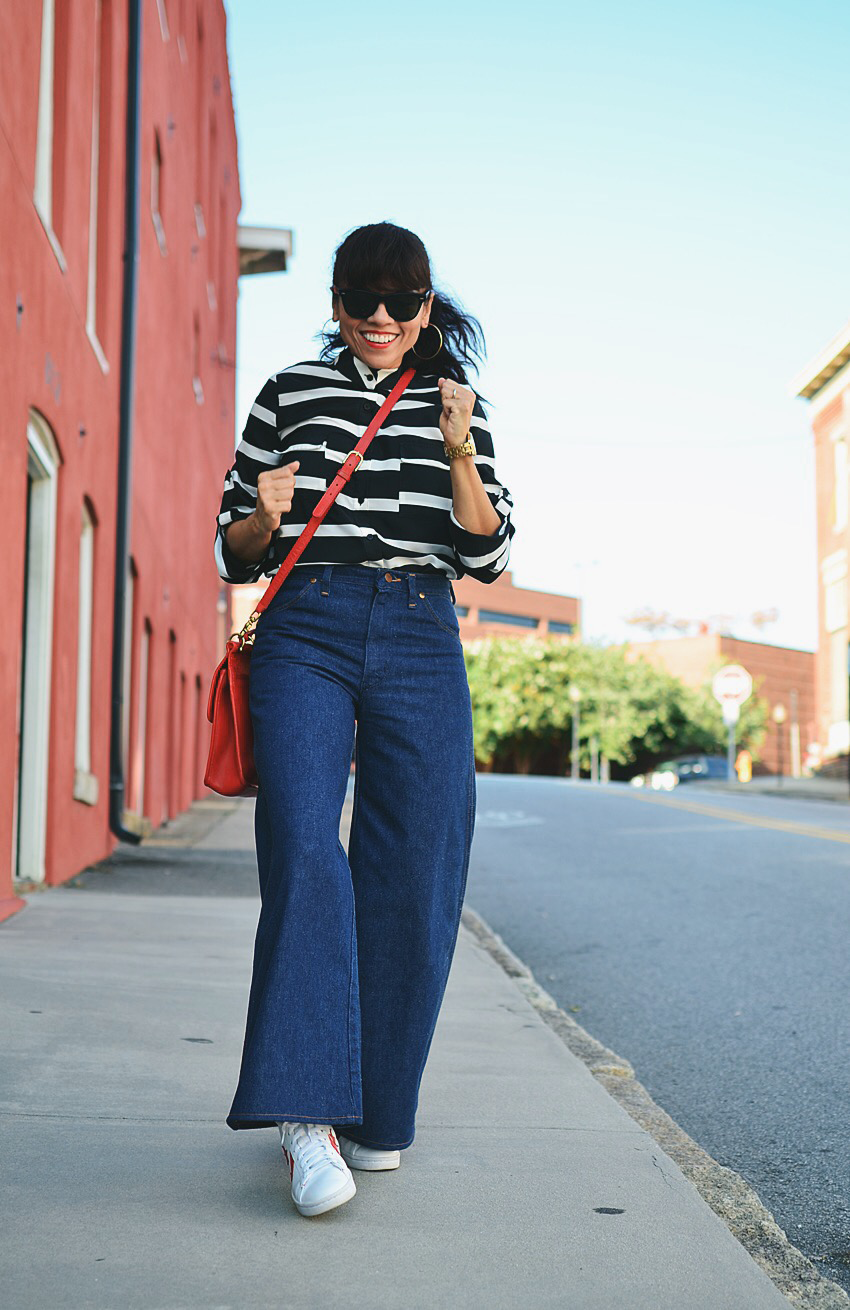 Outfit with wide leg jeans