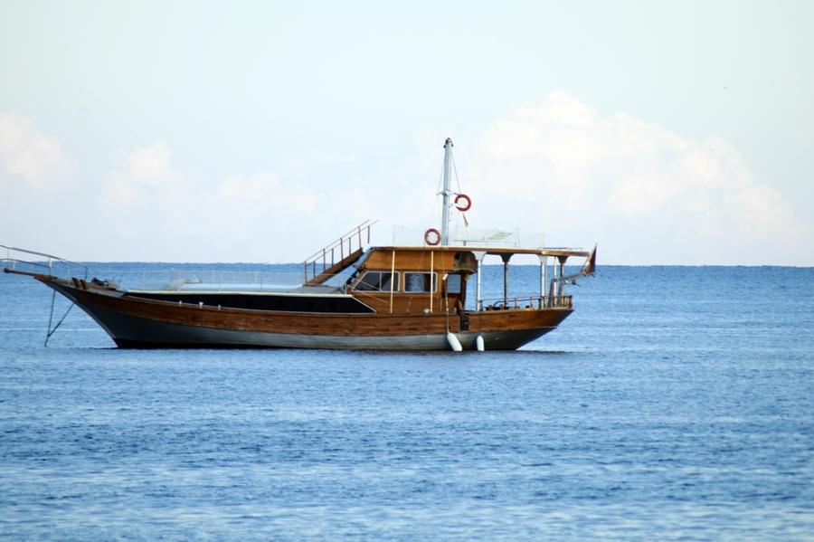 Blog + Fotografie by it's me! - Reisen - La Isla Blanca Ibiza, Santa Eurlaria - Boot mit Holzrumpf
