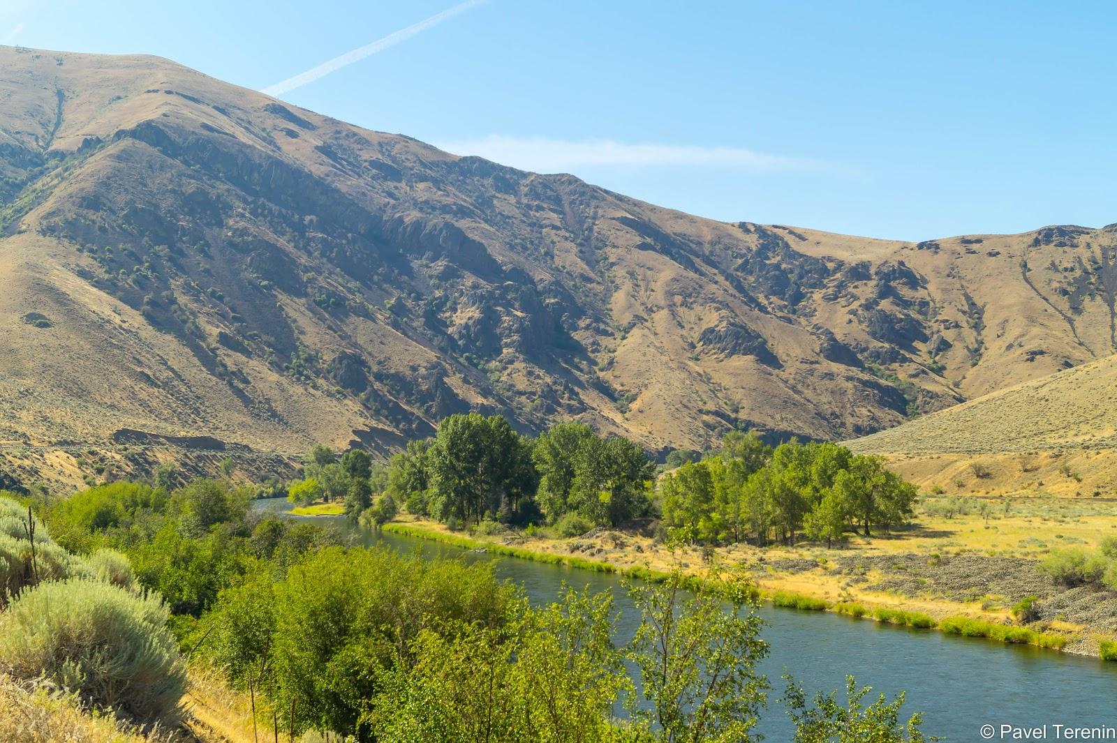 Берега реки, словно оазисы, покрыты зеленью. Дальше от берега - пустыня.