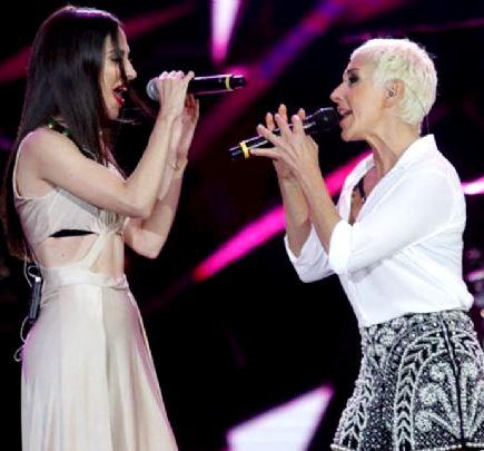 Foto de Ana Torroja cantando con otra cantante