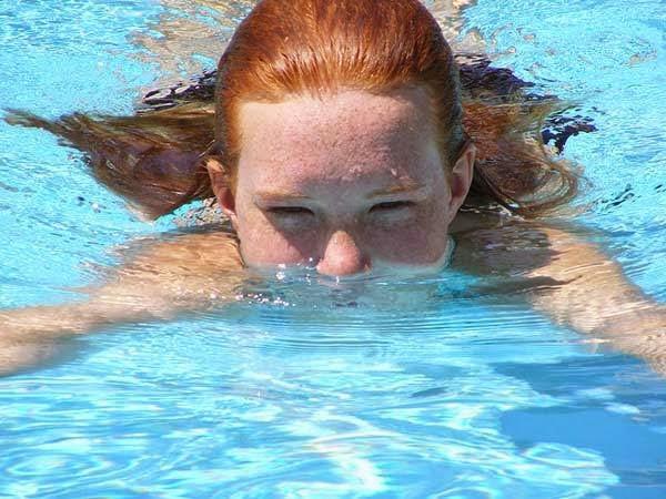 السباحة فى حمام السباحة